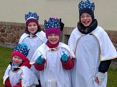 Za tři krále se letos v Olešníku převlekli také (zprava) Kristýnka Maršíková, Markétka Strnadová, Josífek Maršík a Viktorka Maršíková.