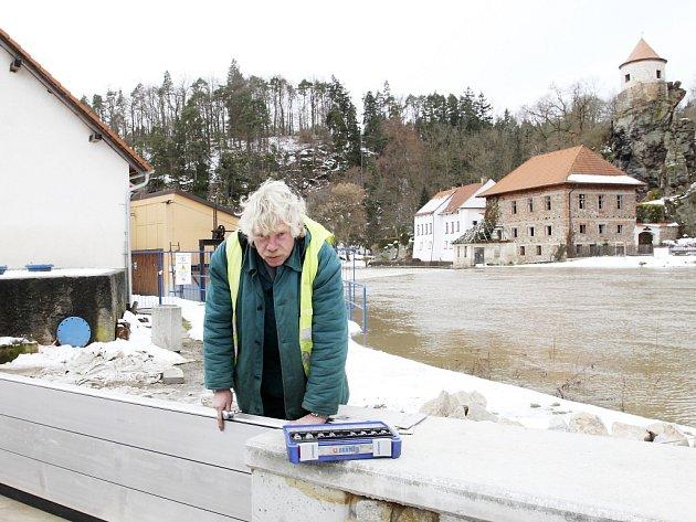 Nová protipovodňová zeď bude chránit Bechyňské. Včera tam montoval některé díly Zdeněk Kubák (na snímku).