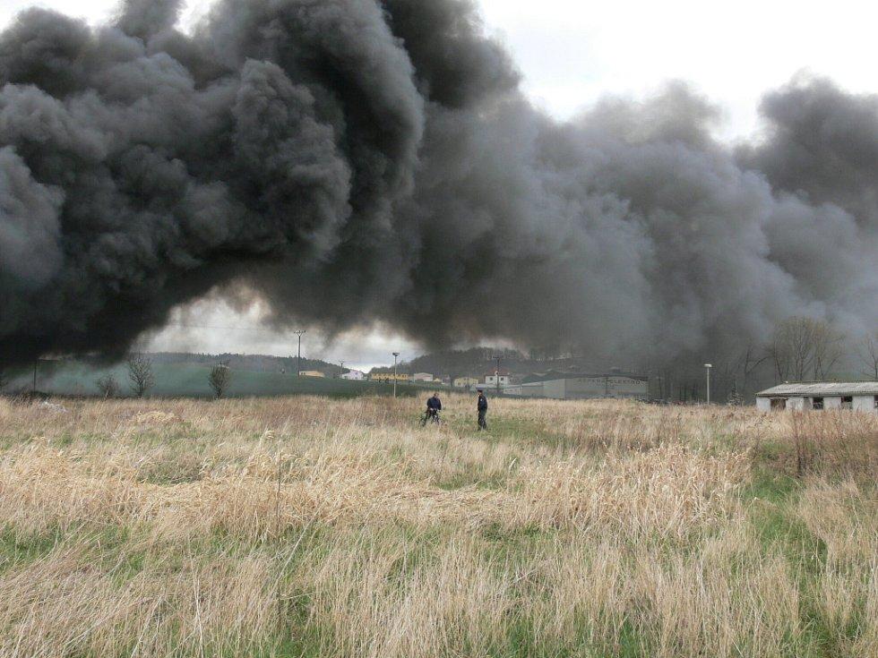 Požár skladu plastového odpadu ve Vrátě.