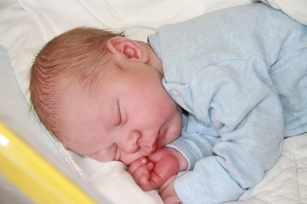 Antonín John z Bělče. Rodiče Lenka a Antonín Johnovi se těší z narození syna, který přišel na svět 15. 6.2021 ve 3.27 hod a vážil 3370 g. Doma se na brášku těšili sourozenci Dominik (10) a Kryštof (3,5).