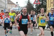 BĚŽCI. Na start desetikilometrového závodu se postavilo 328 běžců. Na snímku s číslem 3 nejrychlejší z žen Lucie Sekanová a s číslem 238 Josef Veber, který doběhl pátý.