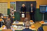 V ZŠ Trhové Sviny letos otevřeli tři první třídy, kde je 64 žáků. Na snímku z 1. C vítá děti i starostka Věra Korčaková (uprostřed).
