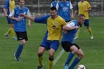 DOHRÁNO. V duelu posledního kola mezi béčkem Táborska a týmem Doubravky bojuje o míč Chotovinský (Táborsko, vpravo) s hostujícím Knakalem.