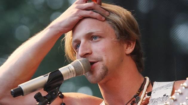 Tomáš Klus přilákal 16. srpna do zámeckého parku v Třeboni přes 5000 lidí.