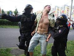 Léto. Bitky extremistů s policií na sídlišti Máj.