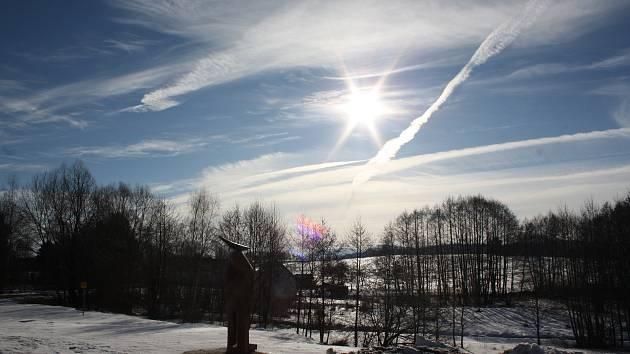 Zima v podhůří Novohradských hor. Zatímco v nižších polohách Budějovicka není po sněhu ani památky, v podhůří Novohradských hor se stále drží.