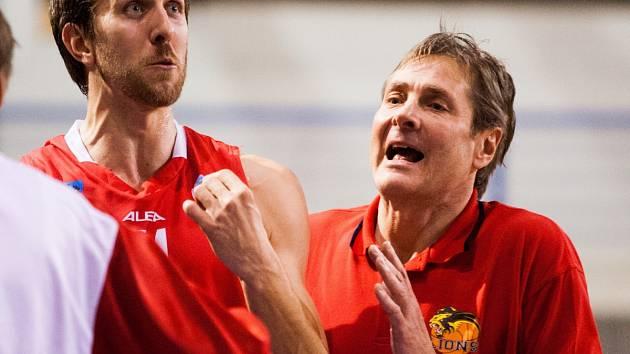 KOUČ. Basketbalisty Jindřichova Hradce v Mattoni NBL nadále povede jako hlavní trenér Karel Forejt (na snímku vpravo).
