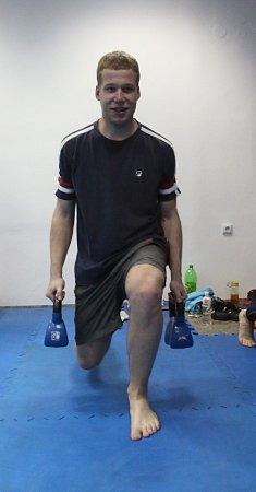 Kruhový trénink byl součástí ukázky výcviku strážníků městské policie. Radek Papáček na jednom ze stanovišť posiluje se závažími.