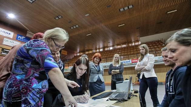 Sčítací středisko ve Sportovní hale.