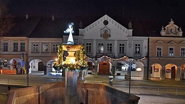 Slavnostní adventní výzdoba Žižkova náměstí v Trhových Svinech.