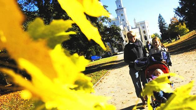 Babí léto posledních dní krásně zbarvilo stromy do tradičních podzimních barev a také nabízí nádherné procházky v odpoledním sluníčku. A proto jeden z nejnavštěvovanějších českých zámků Hluboká nad Vltavou vypadá jako kulisa pro natáčení filmu.