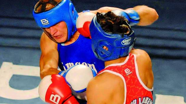 Michal Frček se vrátil do ringu po půlroční přestávce: na snímku bojuje s ústeckým Štěpánem Horváthem.