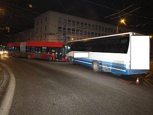 Čelní srážka linkového autobusu s trolejbusem