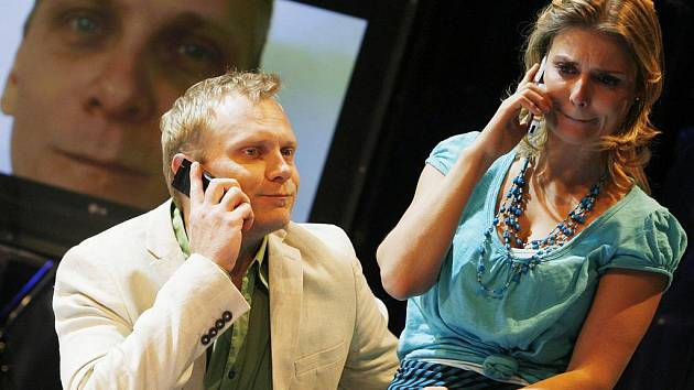 Jihočeské divadlo slaví 90. výročí. Na snímku Ondřej Volejník a Dana Verzichová ve hře Krátká spojení.
