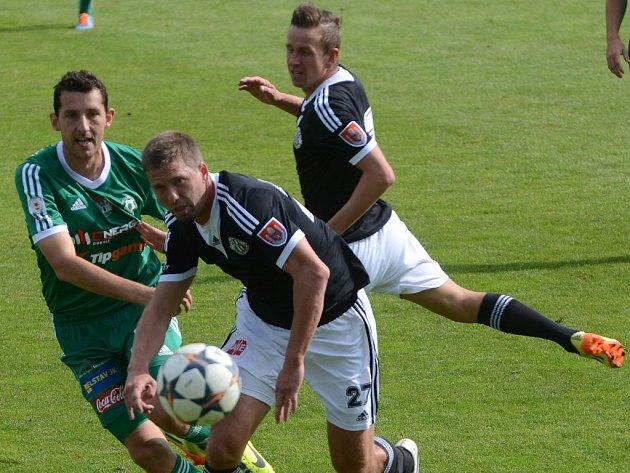 Tomáš Hájovský je na snímku v souboji s Richardem Kalodem ještě v dresu v Příbrami v zápase s Dynamem, jehož barvy by už v pátek mohl hájit proti Ústí.