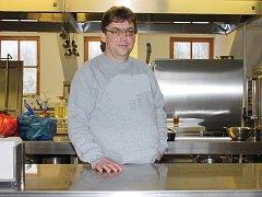 Jiří Remiáš je kuchařem na mezinárodní škole internátního typu v Hluboké nad Vltavou.  Denně tu vydává například 170 obědů, přičemž se snaží vyhovět rozmanitým chutím lidí ze všech koutů světa.