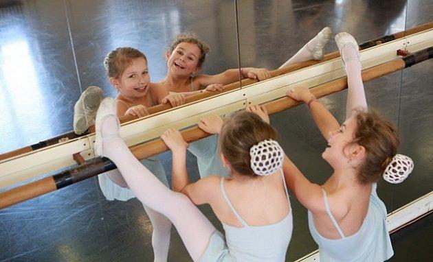 Vbaletní školičce se učí Emma Mahrová a Anita Krbcová (zleva), vJihočeském divadle tančí dětskou roli Carmen. Po premiéře dostaly květiny ibonbony.