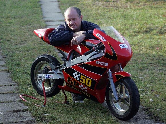První titul pro nejlepšího živnostníka Jihočeského kraje získal Adolf Sieber z Českého Krumlova, který nabízí tři typy okruhových motocyklů pro juniorské jezdce od sedmi, deseti a dvanácti let.
