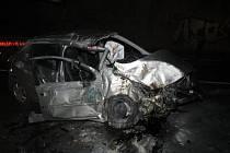 Tragická dopravní nehoda se stala v neděli večer u Boršova nad Vltavou, kde při nárazu do svodidel a sloupu mostu zahynula pětadvacetiletá spolujezdkyně řidiče vozu Peugeot 207.