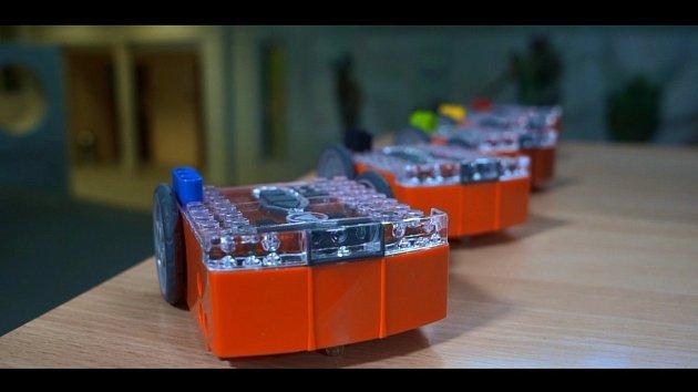 Noc vědců nabídne na Jihočeské univerzitě isouboj robotů. Na snímku jsou stroje připravené kakci.