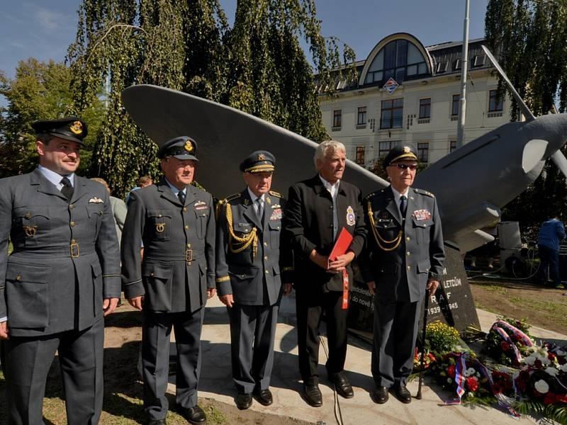 Odhalení pomníku českým letcům RAF v ČB. Za přítomnosto válečných veteránů generála Emila Bočka (uprostřed) a zcela vpravo plukovník Alois Dubec.