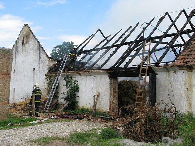 Pět cisteren se svými osádkami zasahovalo u požáru stodoly v obci Hrutov u Lišova.