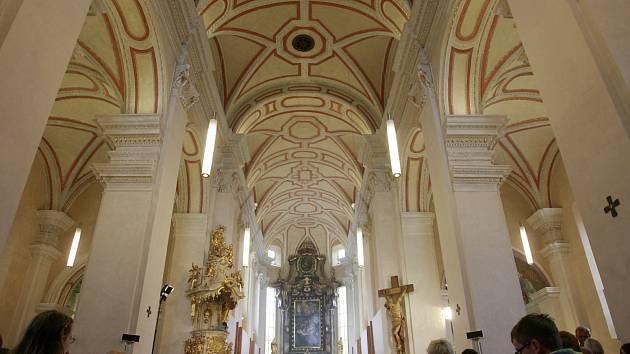 Katedrálu sv. Mikuláše po kompletní dvouleté rekonstrukci opět zaplnily v sobotu 1. června věřící, kteří dopoledne přihlíželi slavnostní bohoslužbě a svěcení obětního stolu, ambonu i biskupské katedry.
