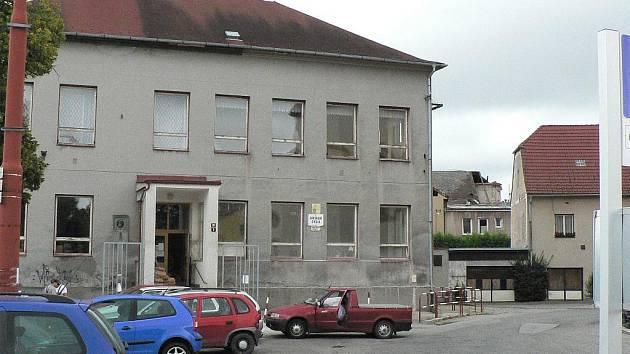 Rudolfovská škola patřila na začátku září stavbařům. V pozadí střecha budovy 2. stupně.