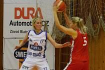 POSILA. Veronika Rybová (vlevo) bojuje o míč s nymburskou Monikou Hamplovou.