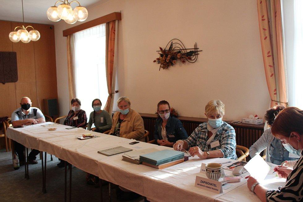 Do budovy úřadu Městyse Dolního Bukovska přišli první voliči v sobotu v osm hodin ráno.