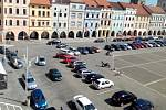 Zrušení plateb za parkování v době koronaviru zaplnilo vozidly v Českých Budějovicích na náměstí Přemysla Otakara II. i ta místa, kde vůbec není dovoleno stát.