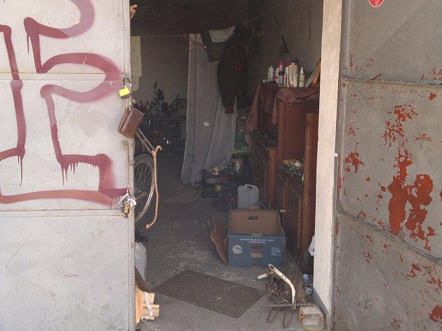 V této řadové garáži v krajském městě pobýval sedmatřicetiletý recidivista ze Strakonicka, který ve velkém kradl kovové součástky ze železničních vagonů.