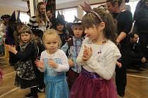 Princezny, kovbojové, víly nebo piráti vládli v sobotu v Doudlebech na maškarním. V kostýmech byli i pořadatelé. Dospělí i ti mladší.