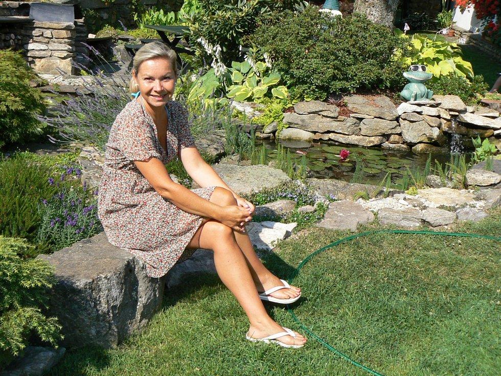 Zahrada s rybníky je velkou chloubou Petřina tatínka. V rybníčkách nechybí ani malé rybičky.