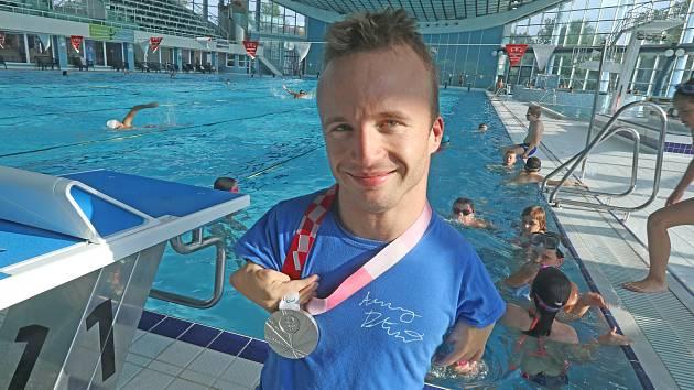 Arnošt Petráček, stříbrný medailista z paralympijských her, navštívil českobudějovickou plovárnu.