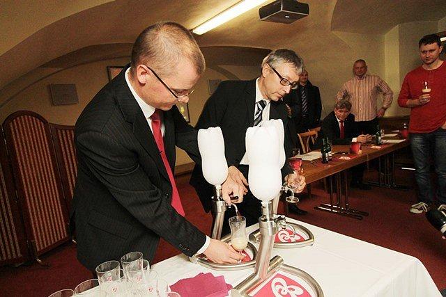 B: Cryo, velice silné pivo s 21 procenty alkoholu, začíná prodávat Budějovický Budvar. Novinka se vymyká se všem dosud známým kategoriím.