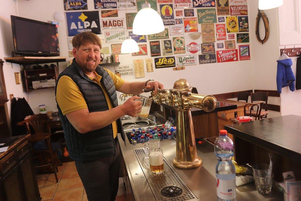 """""""Na rozhýbání to bude fajn,"""" těší se na pondělní otevření zahrádek Karel Sarauer, šéf hostince U černého koníčka v Žižkovce. Jako dárek svým hostům plánuje cenově dostupnější menu a k jídlu nápoj zdarma."""