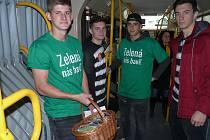 Netradiční jízdu zažili na Zelený čtvrtek cestující MHD na páteřních linkách 2, 3, 5 a 9.
