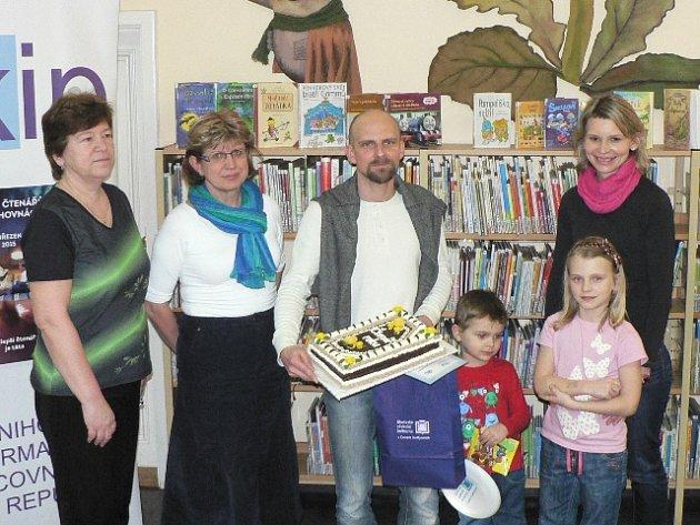 V budově Jihočeské vědecké knihovny v ulici Na Sadech převzal ocenění letošní Čtenář roku Jiří Merta. Doprovázeli jej potomci Jáchym a Zuzana a manželka Johana.