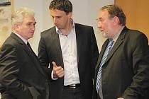 Tisková konference po jednání Sdružení pro dostavbu dálnice D3. Na snímku předseda Senátu Milan Štěch, hejtman Jiří Zimola a senátor Pavel Eybert.