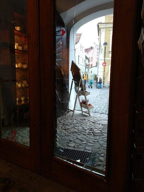 Divoké prase proběhlo skleněnou výplní dveří, pořezalo se a v obchodě napáchalo spoušť.