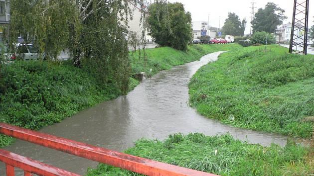 Dobrovodský potok čekají kvůli nové silnici i změny koryta. Přibližně se jedná o celý úsek od Plynárenské ulice po křížení se železniční tratí, i tu má podtékat jinde než dnes.