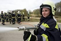 Veronika Pogányová při výcviku v OU požární ochrany v Borovanech. Středisku jako jednomu ze tří zařízení svého druhu v Česku hrozí kvůli úsporám uzavření. Ročně přitom vyškolí tisícovku profesionálních hasičů.