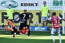 Mick van Buren patřil i v utkání proti Pardubicím k nejlepším hráčům Dynama (na snímku střílí důležitý druhý gól svého týmu): Dynamo ČB – Pardubice v desátém kole první ligy 3:1.