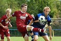 Písecký Listopad, jenž svým gólem rozhodl okresní derby s Milevskem (1:0), v souboji s hostujícím Suchanem.