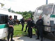 Policisté na točně MHD na sídlišti Máj.