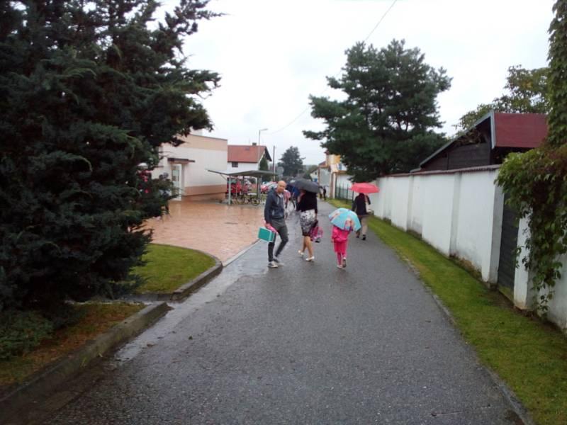 Také v Dubném na Českobudějovicku 1. září 2020 zamířili děti a rodiče do školy.