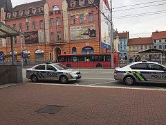 Z českobudějovického nádraží nakonec neodjel vlak, který blokovala skupina osob ze severních Čech. Jeden člověk vstoupil do kolejiště. Incident se obešel bez zranění.