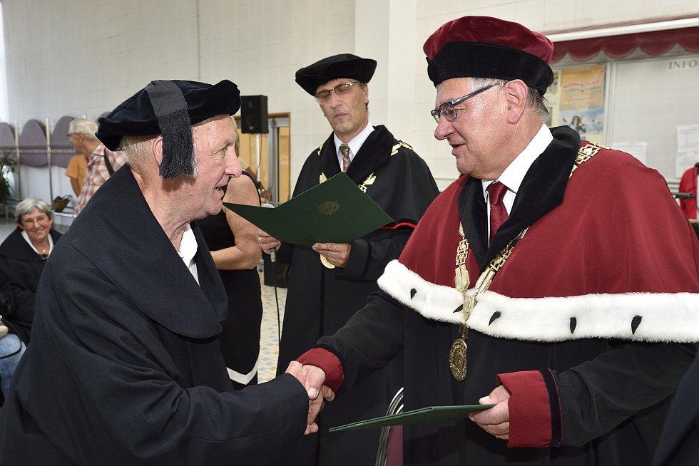 Absolventi současné Zemědělské fakulty Jihočeské univerzity se v pátek setkali po 50 letech od promoce.