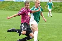 Rastislav Bakala (vlevo) střílí důležitý první gól juniorky Dynama, která nakonec zdolala fotbalisty Vltavínu 2:0.